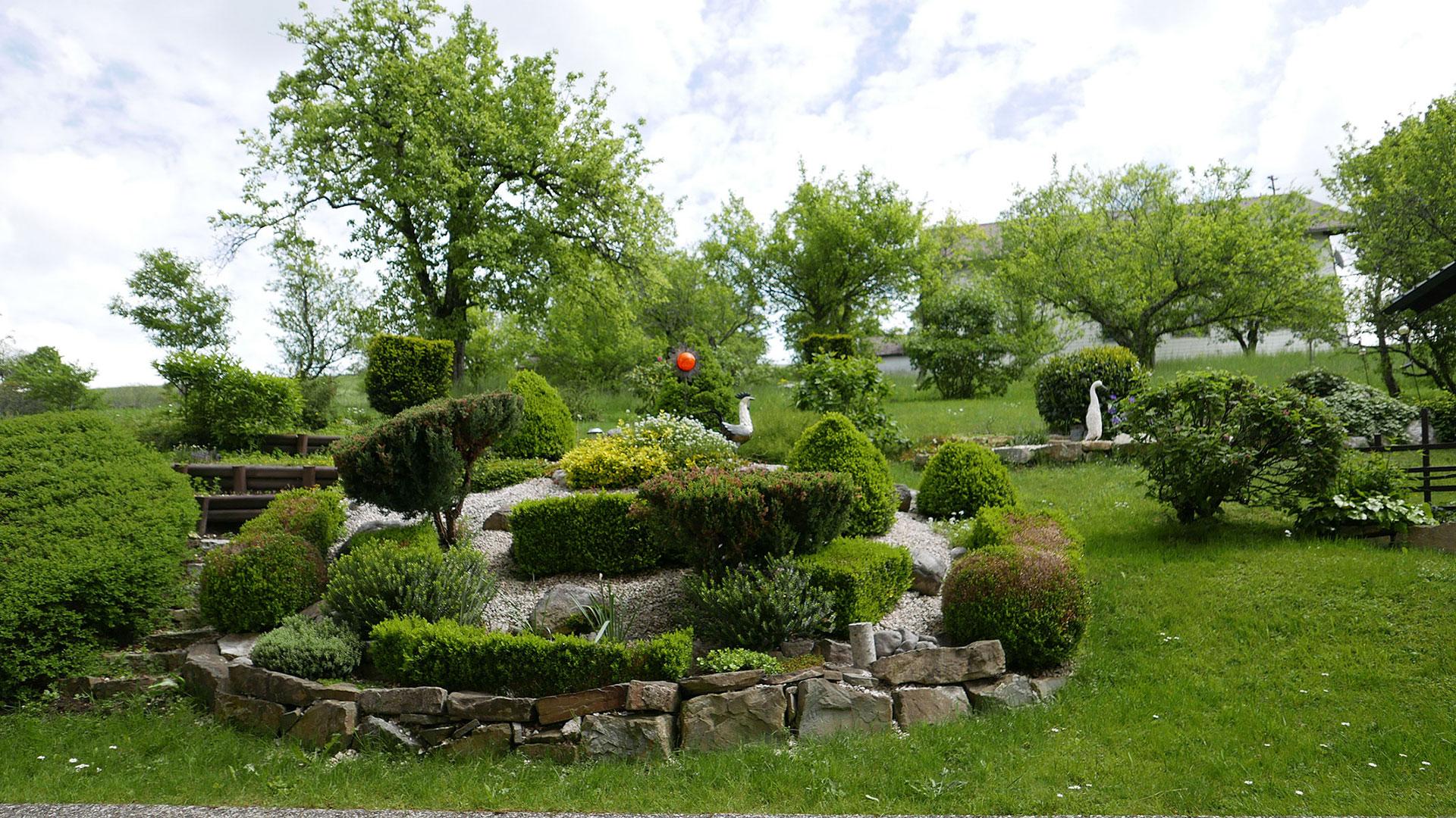 der gemütliche und schön gepflegte Garten vom Gasthof Sonnenhof